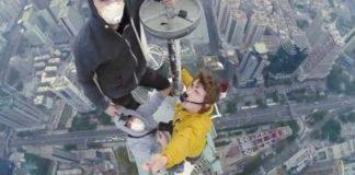 Selfie estremo: Precipita per scattarsi una foto da una gru alta 60 metri