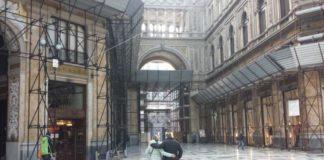 Napoli, paura alla Galleria Umberto I: crolla pezzo di intonaco