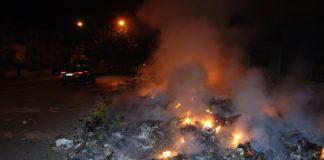Emergenza rifiuti a Torre del Greco, cumuli bruciati nella notte