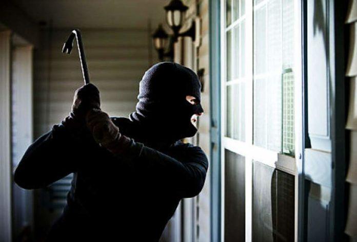 Banditi inseguono uomo che ha ritirato pensione: rapinato in casa