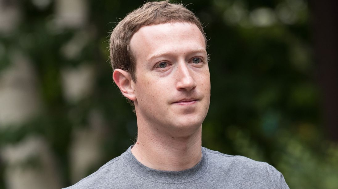 Facebook, Zuckenberg a sorpresa: