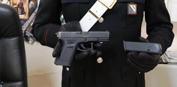 Napoli, scoperta pistola che spara 635 colpi al minuto: arrestato 49enne
