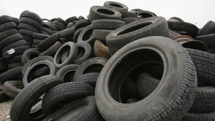 Napoli, Ponticelli: decine di pneumatici lasciati in strada