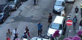 Napoli, choc al Vasto: migrante nudo e armato terrorizza passanti