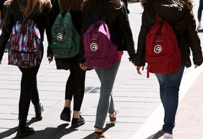 Adescava ragazze e si spogliava: domiciliari per maniaco delle scuole