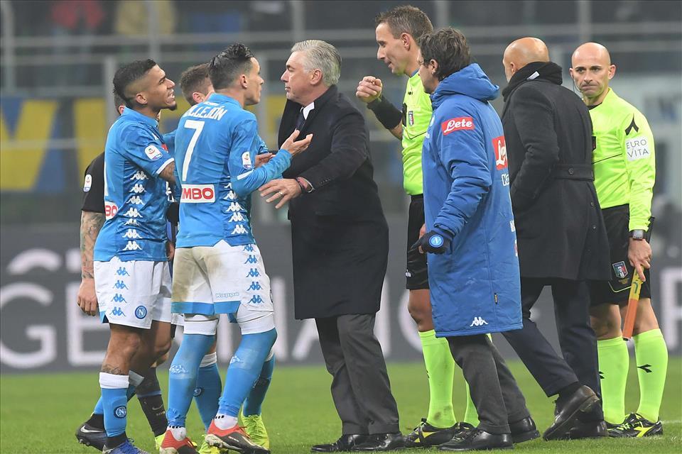 Calcio Napoli, brutta partita tra Inter e Napoli. Decide Martinez al 91 ma Mazzoleni ha grandi colpe
