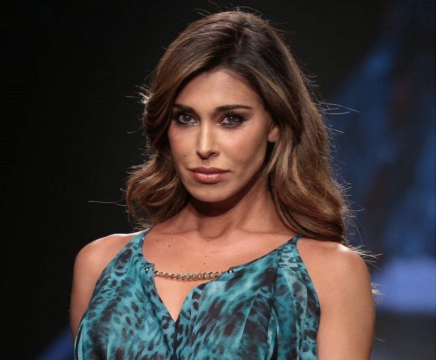 Belen Rodriguez, incidente hot: si apre il vestito e si vede tutto