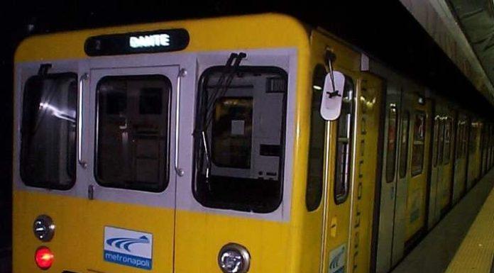 Linea 1, treno fermo per guasto: passeggeri costretti a camminare a piedi