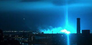 New York: esplosione notturna di una centrale elettrica rende azzurro il cielo
