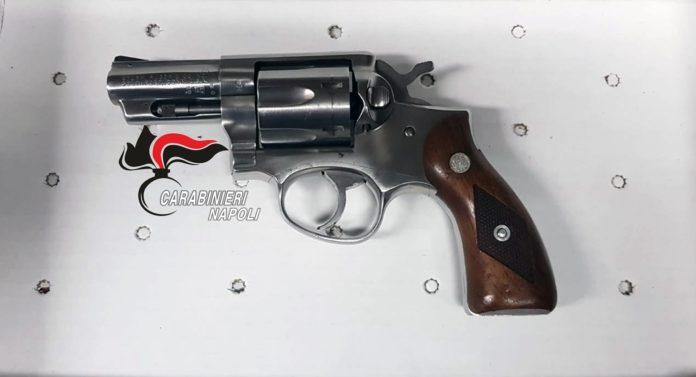Afragola, blitz al Rione Salicelle: sequestrate 2 pistole, coltello e droga