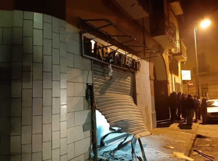 Afragola, ottava bomba nelle ultime due settimane: colpito un autosalone
