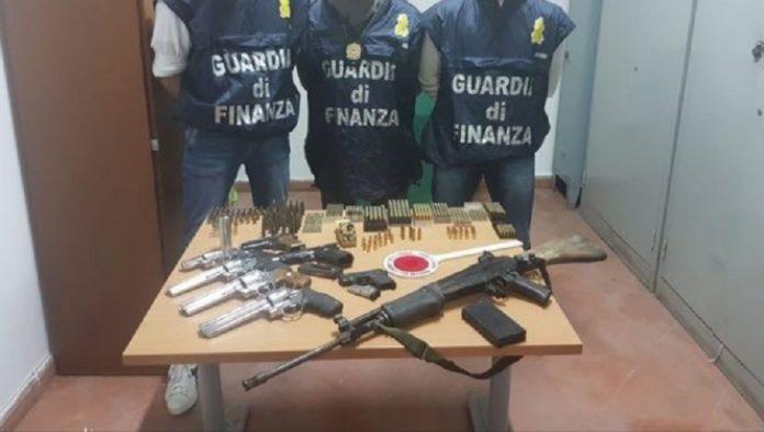 Armi sequestrate nel Napoletano: erano nascoste in una bombola del gas