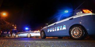 Cronaca di Napoli: due rapinatori di scooter si schiantano sulla volante della polizia