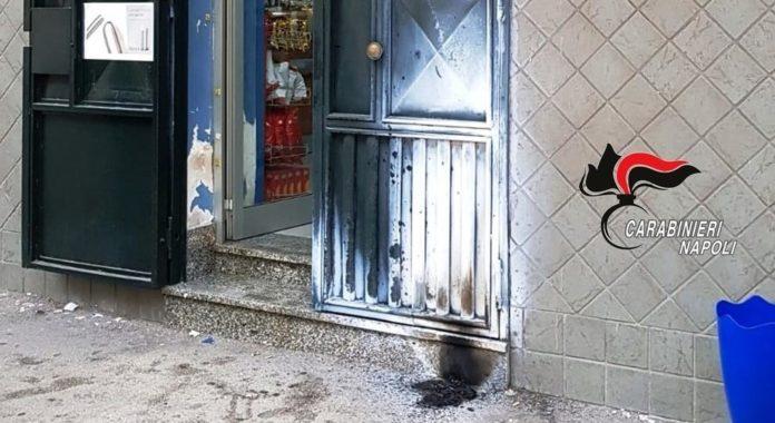Afragola, torna l'incubo racket: bomba davanti a tabaccheria