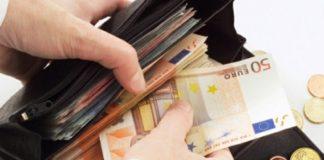 Ercolano: ragazza trova borsello con soldi e lo restituisce a proprietario