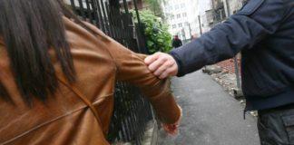 Cronaca di Napoli, via Ecce Homo: donna rapinata con un coltello e picchiata