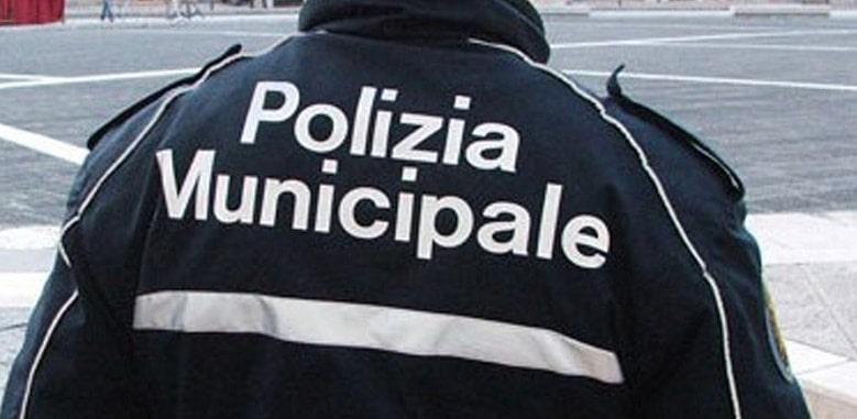 """Ponticelli, blitz """"anti-tarocco"""" dei vigili al mercato: scatta il maxi sequestro"""