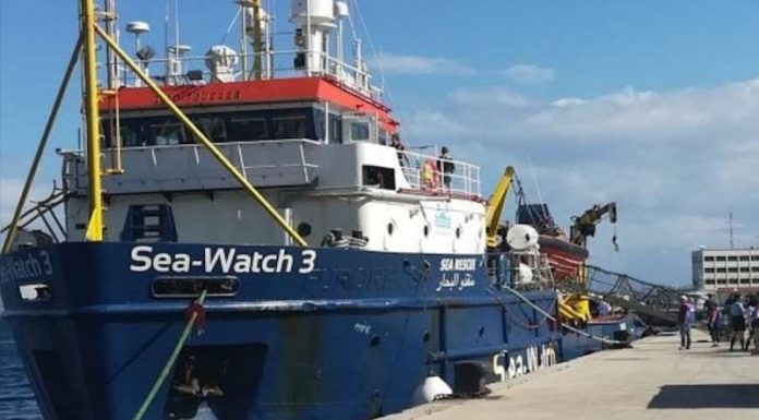 Sea Watch 3, odissea finita per i 47 migranti: la nave attraccata a Catania