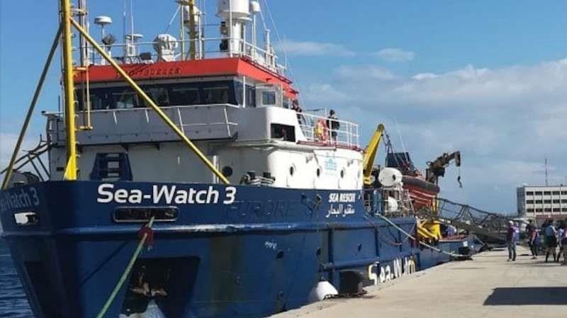Sea Watch 3, odissea finita per i 47 migranti: la nave attraccata a Catania