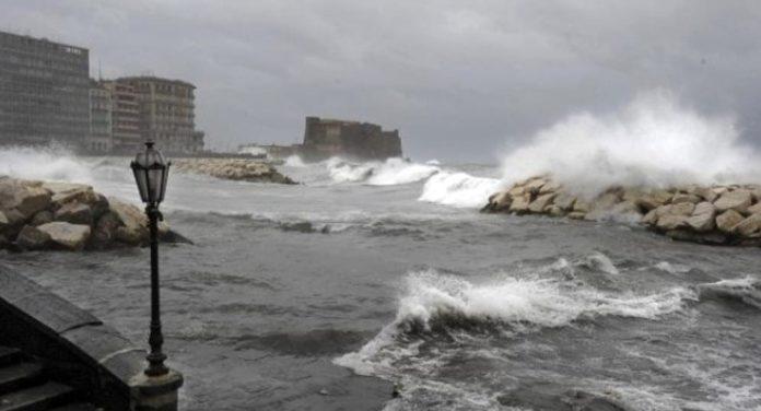 Allerta meteo a Napoli: chiusi parchi cittadini e cimiteri