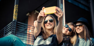 Il selfie sul web fa crescere il narcisismo
