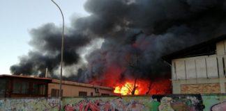 Casoria, rogo in una fabbrica di plastica e alluminio: rischio ambientale