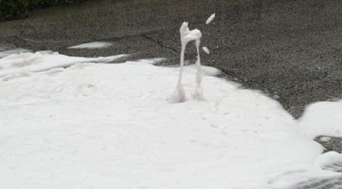 Montoro, esce schiuma bianca dai tombini: allarme dei cittadini