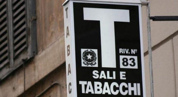 Salerno, rapina in una tabaccheria: commesso picchiato dai malviventi