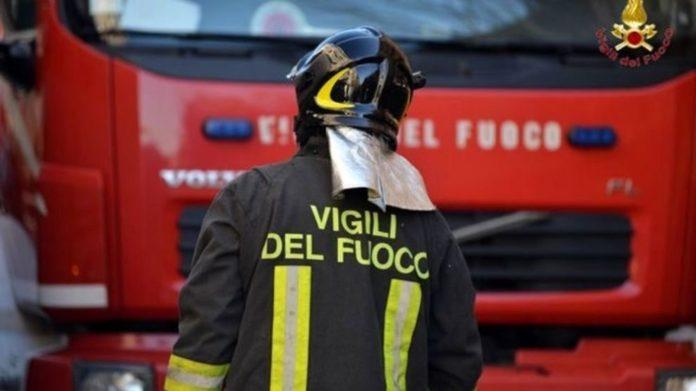 Napoli, Fuorigrotta: Vasto incendio in via Luigi Pirandello. Due bambini intossicati