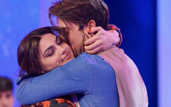 Uomini e Donne, Andrea Dal Corso beccato ad abbracciare una fan