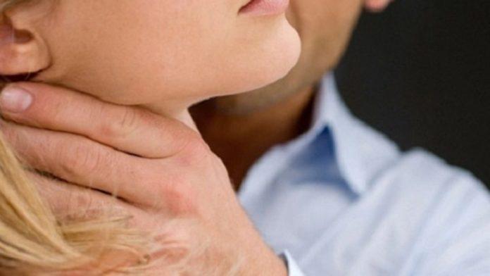 Violenza sulle donne, tenta di strangolare la compagna davanti al figlio