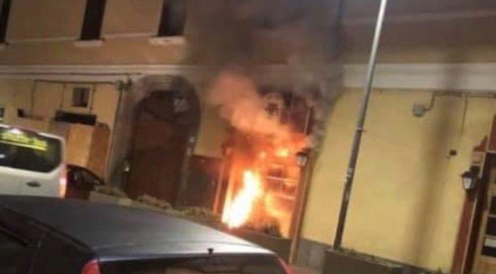 Torre del Greco, bomba contro pub in corso Garibaldi: locale in fiamme