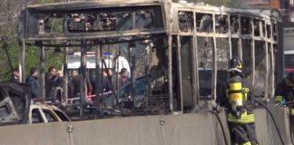 Autista sequestra scuolabus con 51 passeggeri a bordo e dà fuoco: tutti salvi