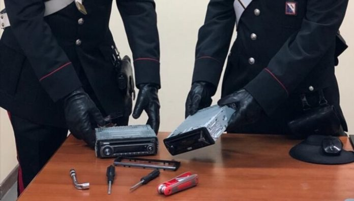 Scampia: furti di car stereo nel parcheggio della Stazione Marianella. Arrestato 33enne
