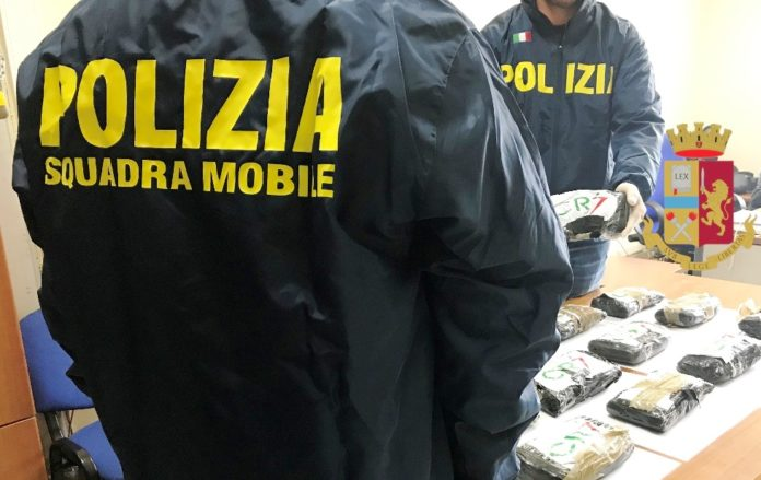 Napoli, Giugliano: Maxi sequestro di 14 chili di droga. Arrestato il corriere