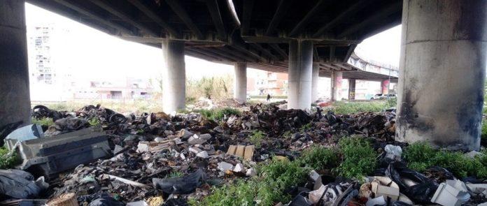 Napoli, Ponticelli: tra rifiuti in strada e discariche a cielo aperto