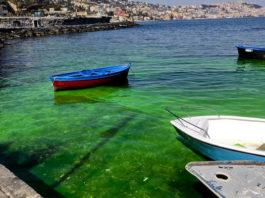 Napoli, Posillipo: il mare smeraldo a Riva Fiorita sono sversamenti tossici