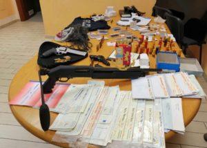 Maxi sequestro di armi e materiale per falsificare documenti a Casoria