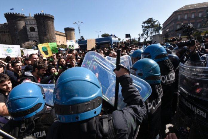 Salvini a Napoli, tensione in piazza Plebiscito: scontri tra Polizia e centri sociali