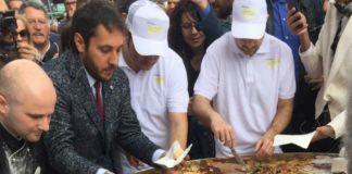 La pastiera da 300 kg del gran caffè Gambrinus divorata da centinaia di passanti