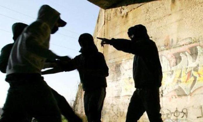 Mamme e bambini rom aggrediti da baby gang a Napoli