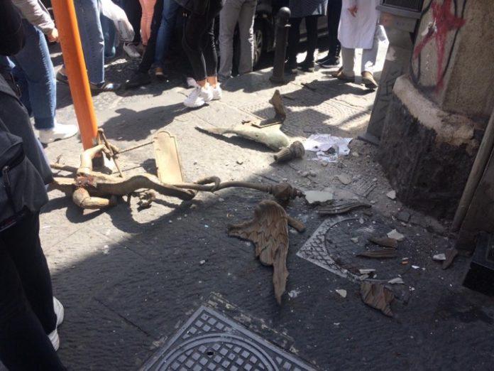 Napoli, crollano calcinacci in via Porta di Massa: turista 17enne ferito alla testa