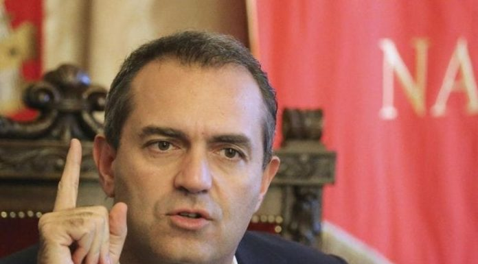 """De Magistris attacca il Governo M5S-Lega: """"Si dilaniano, noi lontani da questa me**a"""""""