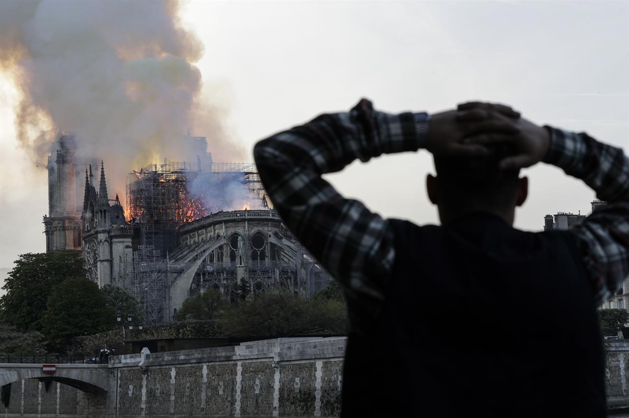 Brucia la cattedrale di Notre Dame a Parigi: crollano la guglia e il tetto