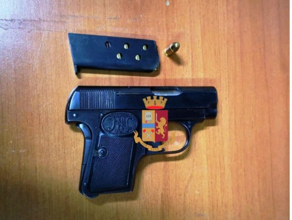 """Movida Napoli: Arrestato 18enne con una pistola ai """"Baretti"""" di Chiaia"""
