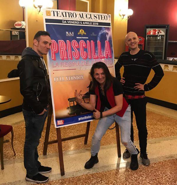 L'autobus rosa 'Priscilla' e i suoi passeggeri conquistano l'Augusteo