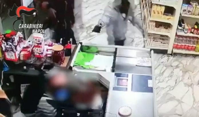 Raid armato in un supermercato a Pozzuoli per 70 euro