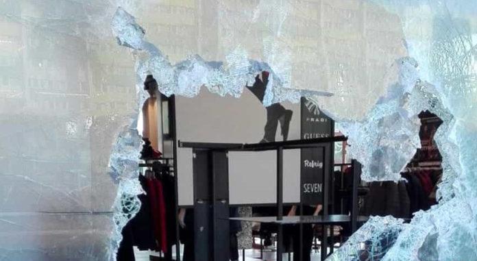 Avevano rapinato decine di negozi, sgominata la