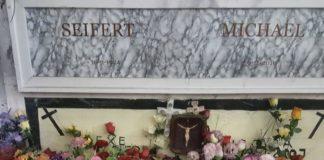 """Fiori su tomba del boia nazista, indignazione Anpi: """"Seppellirlo senza nome"""""""