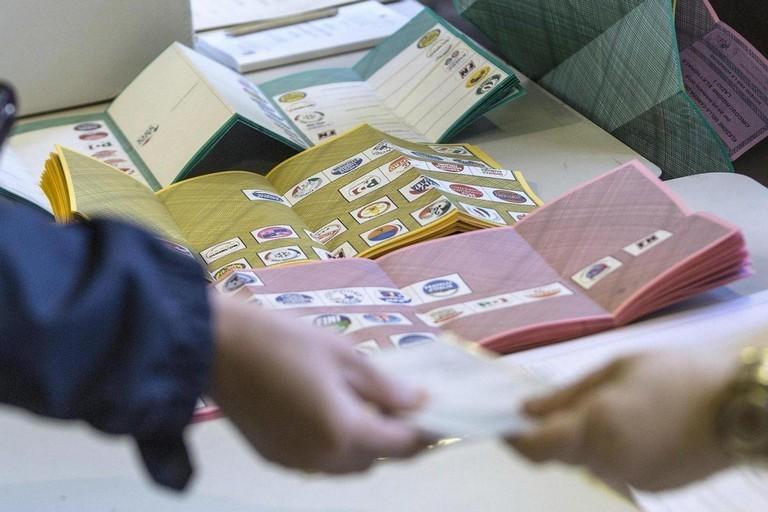 Generi alimentari e soldi in cambio di voti, 14 arresti a Torre del Greco
